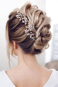 wedding hairstyles for medium hair updo textural waves with bark leaves on blondy hair tonya pushkareva via instagram