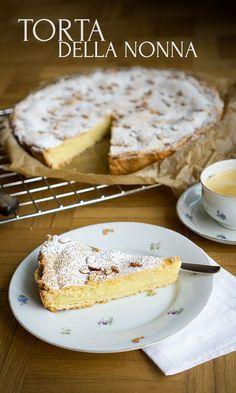 Torta della Nonna, an Italian specialty - Madame Cuisine - Kuchen Rezepte - Healt and fitness Italian Desserts, Easy Desserts, Italian Recipes, Mini Desserts, Baking Recipes, Cake Recipes, Dessert Recipes, Recipes Dinner, Food Cakes