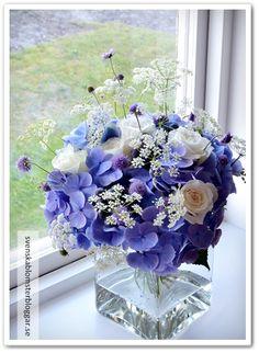 bukett blå hortensia vita rosor