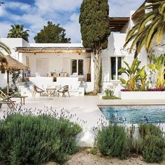 Amazing villa in Ibiza close to the beach - Cala Llenya Mediterranean Homes Exterior, Mediterranean Architecture, Mediterranean Home Decor, Banquettes, Spanish House, Spanish Style, Small Beach Houses, Shabby Chic Porch, Beach Mansion