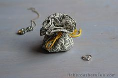 DIY Make A Drawstring Jewelry Pouch. The perfect little travel companion. Holds jewelry safe and secure. Make one for yourself and a few extras as gifts! Jewelry Roll, Diy Jewelry, Silver Jewelry, Bead Storage, Diy Bags Purses, Diy Crafts To Do, Textiles, Pouch Bag, Zipper Bags