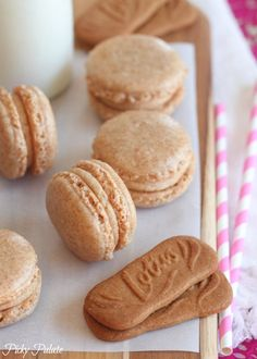 Sharing one of our favorite french macarons today! These beautiful Biscoff Macarons are such a fun and tasty treat, and they go great with milk! Macarons, Macaron Cookies, Baking Recipes, Cookie Recipes, Dessert Recipes, Biscoff Recipes, Just Desserts, Delicious Desserts, Yummy Food