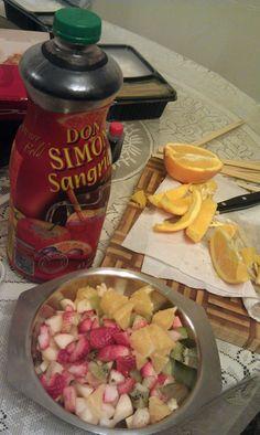 有次在澳門工作完後,朋友介紹這種叫Sangria的西班牙特飲,說穿了,其實就是紅酒加果汁和雜果的雞尾酒。第一次喝的時候是在又濕又熱的澳門,之後到西班牙喝時,也是在38度的高溫下喝,我想已很難分辨味道是否真的棒了。。。某次經過惠康時看見酒架上這瓶大字標題寫著「Sangria」的酒,價錢只是$30多,就決定買下來。結果,夏天買的酒,一直等到農曆年才品嚐,主要原因是1.5L的分量太大,兩口子飲實在是太多了。趁著農曆年到TAM家拜年,雪凍了,切些新鮮生果溝勻就完成。由於是開年飯,大伙兒都在大吃大喝,酒內的新鮮生果令這款特飲特別美味。或許Sangria注定是天氣炎熱或派對上的飲品,而鮮有機會會慢慢嚐真它的味道罷!(2013-02-10)