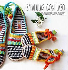 Zapatillas tejidas a crochet con lazo en tobillo