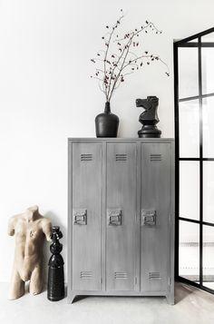 Wauw, wat een gave locker look kast! Met deze kast van het gave Nederlandse merk HK living heb je een echte eye-catcher! De kast heeft een locker look, en is gemaakt van grijs geverfd mangohout, de deuren van geperst hout en de handvaten van metaal.