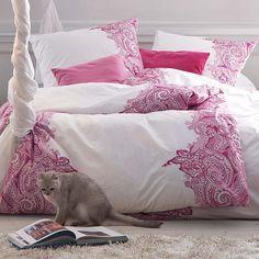 Pink Power: Bettwäsche mit pinken Ornamenten.