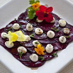 Rödbetscarpaccio med getostcrème, timjan och lagrad balsamico