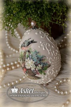 classic blown goose with relief Mod Podge Crafts, Egg Crafts, Easter Crafts, Diy And Crafts, Holiday Themes, Holiday Decor, Christmas Diy, Christmas Bulbs, Diy Ostern