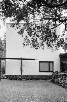 Villa Mairea 1938-39.  There is only one window in the north elevation of the staff and guest wing, belonging to the staff. The spare, Modernist form changes very sensitively in the canopy leading to the sauna. The wooden details and the stone wall act as mediators.