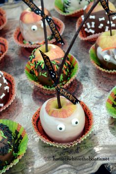 How cute! Caramel Apples decorated for Halloween, kids would love this! #caramel #apples #halloween