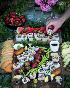 Best Grazing Table Ideas for how to layout a DIY table for a wedding, parties, or brunch. This collection of grazing tables is perfect for brunch, des Food Platters, Cheese Platters, Party Platters, Grazing Platter Ideas, Diy Tisch, Sushi Platter, Sushi Buffet, Sushi Party, Party Snacks