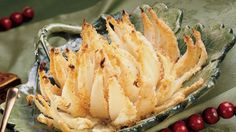 Baked Onion Blossom with Dill Sauce Make onions blossom, restaurant style, baked instead of fried. Recipes Appetizers And Snacks, Appetizer Dips, Yummy Appetizers, Vegetable Recipes, Vegetable Ideas, Dinner Recipes, Desserts, Baked Onions, Cooking Recipes