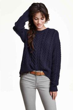 Pull en maille torsadée: Pull en maille torsadée de laine mélangée. Modèle de coupe ample avec couture d'épaule descendue et manches longues. Un peu plus de longueur dans le dos et fentes latérales.