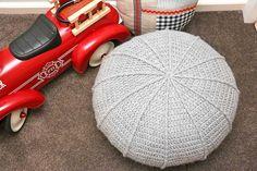 De poef die ontstond in de file. In mijn hoofd dan. En nu is hij af. En aan de tweede wordt al weer gehaakt :-)  Ribbelpoef haken Jip by Jan  #Crochet #haken