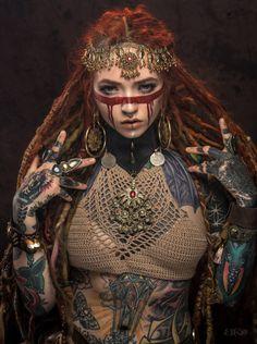 New piercing face labret Ideas Fantasy Inspiration, Character Inspiration, Tribal Makeup, Septum Piercings, Chin Piercing, Labret Piercing, Maquillage Halloween, War Paint, Fantasy Girl