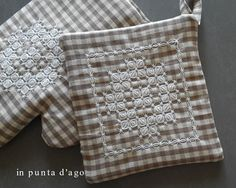 in punta d'ago Chicken Scratch Embroidery, Boro, Blackwork, Pot Holders, Gingham, Embroidery Designs, Weaving, Quilts, Projects