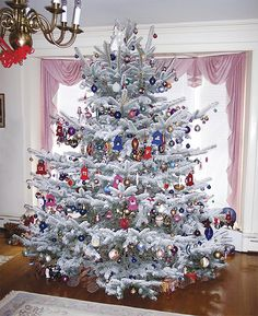 I kind of like the flocked tree. Don't think I'm bold enough to try it, but it looks cool here. Types Of Christmas Trees, Christmas Tree Pictures, Flocked Christmas Trees, Christmas Tree With Gifts, Beautiful Christmas Trees, Christmas Tree Themes, Noel Christmas, White Christmas, Christmas Lights