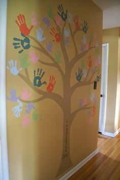 The Kid-Friendly Home: Hand Print Family Tree...cute for a playroom