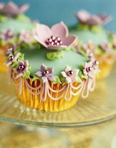 Arte culinario / Cupcake decorado. Increíble el detalle de los lazos cayendo de cada flor. (cupcake,sweets,food,yum,pretty,purple)