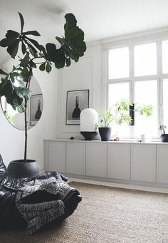 4 sätt att fuska fram platsbyggd känsla med IKEA-skåp | Husligheter | Bloglovin' Room Inspiration, Interior Inspiration, Design Scandinavian, Scandinavian Apartment, Deco Buffet, Living Room Decor, Living Spaces, Wall Cabinets Living Room, Interior And Exterior