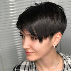 Hairstyles With Bangs Ideas To get you inspired to make the chopand to help you figure out what to do with your hair once you've gone short I've hand-picked 100 totally gorgeous varied celebrity looks that will act as your spiritual hair guide. Formal Hairstyles, Black Women Hairstyles, Hairstyles With Bangs, Pretty Hairstyles, Straight Hairstyles, Very Short Hair, Long Hair Cuts, Pixie Cut Damen, Pixie Cut Wig