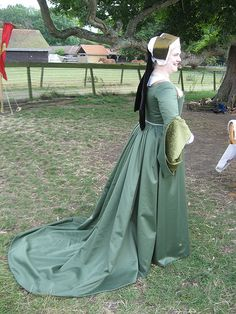 Henrician Period gown. Love this train.