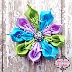 Esta hermosa flor mide 3 1/2, cinta todos han sido pulverizadas para conservar su forma y todas las puntas ha sido calor sellado para evitar que se deshilache. Visítenos en Facebook para más estilos de pelo www.facebook.com/littleprincessbowtique8