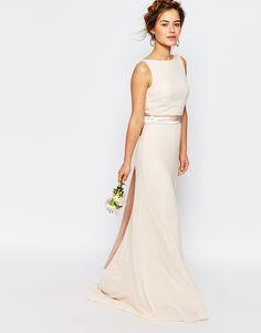 Für viele ist es die eigentliche Trauzeremonie, für manche ein zweites, schlichteres Brautkleid – die Frage muss sich jede Braut stellen: Welches Brautkleid ist das Richtige für das Standesamt? Oftmals sind die Brautkleider für das Standesamt etwas schlichter gehalten. Mit einem weiten Ballkleid kann man zwar auch auf dem Standesamt heiraten, aber dann sollte die Location auch ein gewisses Ambiente haben.