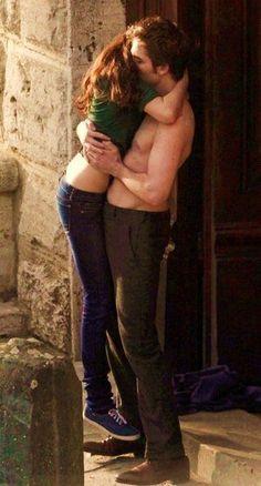 Rob and Kristen filming New Moon reunion kiss Edward Bella, Twilight Bella And Edward, Twilight Saga New Moon, Bella Cullen, Twilight Saga Series, Twilight Series, Twilight Movie, Edward Cullen, Robert Pattinson Twilight