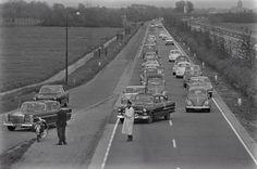 Om opstoppingen bij de oude brug over de vecht te vermijden, werd een gedeelte van het verkeer op rijksweg 1 omgeleid via #Muiden. Ruud Hof 16 Mei 1965. #gooisemeren