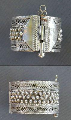 Arabian Peninsula | Old silver Bedouin hinged bracelet.