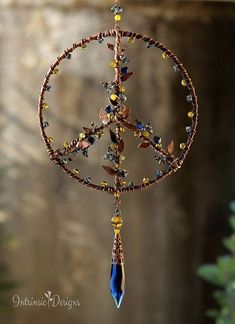 Another beautiful suncatcher in the name of peace for my daughter Ashlie Terry who wanted Peace in her life but sadly she didn't find it while here! Hippie Peace, Hippie Art, Wire Crafts, Bead Crafts, Decor Crafts, Suncatchers, Wire Wrapped Jewelry, Wire Jewelry, Diy Wind Chimes