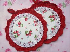 Round pot holders in the cottage-style with strawberries