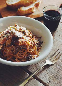 Spaghetti con granchio al pomodoro alla crema .