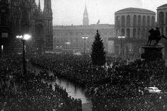 Crowd attending the funeral of the victims of the terrorist attack to Banca Nazionale dell'Agricoltura in Piazza Fontana. Milan, 15th December 1969 MONDADORI PORTFOLIO/Sergio Del Grande