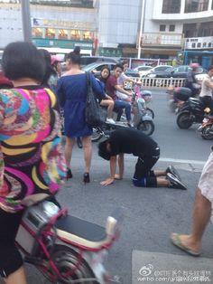 Mulher é vista guiando homem com coleira de cachorro