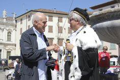 Il Magnifico Rettore consegna un ricordo al personale uniud in pensione durante #conoscenzainfesta