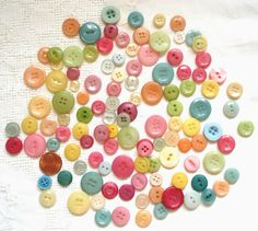 When I saw that you could dye buttons on the Rit Website I knew I just had to try it. I& been going through my vintage stash of old butto. Vintage Sewing Notions, Vintage Sewing Machines, Sewing Spaces, Sewing Rooms, Diy Buttons, Vintage Buttons, Button Art, Button Crafts, Primative Christmas Tree