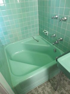 Yes I have actually bathed in a corner tub like this one. In a motel somewhere in Missouri in I think. - Cinderella corner tub 6 colorful 1950 vintage bathrooms — The Comer House in Gallatin, Tenn. 1950s Bathroom, Mid Century Bathroom, Vintage Bathrooms, Vintage Bathroom Decor, Pastel Bathroom, Bathroom Green, Bathroom Ideas, Bathroom Colors, Turquoise Bathroom