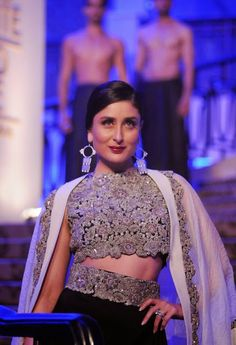 Kareena Kapoor Looks Smoking Hot As She Walks Ramp For Anamika Khanna At Lakme Fashion Week 2015 Grand Finale | Kapoor Cleavage