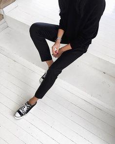 Black is the new black | zwart is het nieuwe zwart, wij kunnen nooit genoeg krijgen van zwart | all black everything | De mooiste zwarte items vind je via Aldoor in de uitverkoop #mode #fashion #sale #black #zwart #jeans #broek #shirt #sweater #sneakers #women #dames