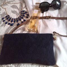 Sin ellos nuestros looks serían muy aburridos. Estos son mis complementos de hoy, muy especiales porque el bolso me lo han regalado unas lectoras del blog (¡gracias guapas!) Y el perfume mis amigas @ari_adna84 y Vero. El bolso es monisimo, no se aprecia muy bien el relieve que hace el tejido, y tiene un medida perfecta, es de @violetabymango . El collar también es nuevo de #hm y las gafas de #rayban :) #ootd #psfashion #psclothing #VioletabyMango #outfit #curvy #curvygirl #bag #jewels