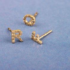 Orecchini con lettere _ Oro giallo con diamanti ice Wabi Sabi, Stud Earrings, Costume, Jewelry, Gold, Jewlery, Bijoux, Studs, Schmuck