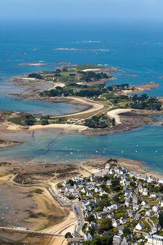 photo aerienne de Carantec, finistere, bretagne. vue sur l ile Callot accessible par une route submersible