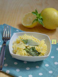 Pasta fredda limone e basilico gp Gnocchi Pasta, Ravioli, Summer Fresh, Tortellini, Good Food, Fun Food, Couscous, Allrecipes, Cantaloupe