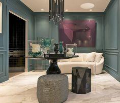 NP Arquitetura - Hall de Entrada. As arquitetas Pamella Giannetti e Natália Marchioni emprestam às paredes um moderno tom verde azulado, que contrasta com as clássicas boiseries. A dupla também desenhou o lustre, composto de 25 tubos de ferro.
