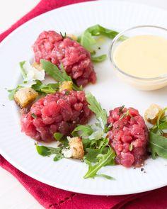 Tartare di fassona con crema inglese salata: un classico da gustare con una deliziosa salsa!  [Fassona - cow meat tartare with a salty sauce]