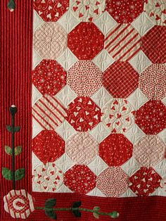Snowball red and white quilt… what a great idea. - I love snowball quilts and in red and white it is fabulous! Colchas Quilting, Quilting Projects, Quilting Designs, Snowball Quilts, Two Color Quilts, Blue Quilts, Red And White Quilts, Quilt Border, Hexagon Quilt