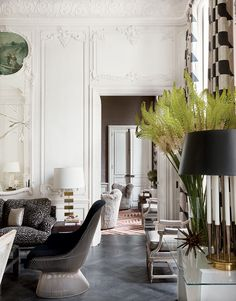 Parede clássica e design contemporâneo nos móveis. (Foto: My Domaine)