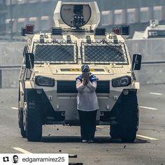 #Repost @edgarramirez25 with @repostapp  Ante la barbarie del terror y el deshonor...dignidad y más dignidad! Gracias señora...y gracias a tod@s l@s que arriesgaron sus vidas marchando por nuestra libertad hoy #19A y a quienes la arriesgarán nuevamente mañana. La horrenda e injustificable represión de la cual está siendo objeto el pueblo de #Venezuela por ejercer su legítimo derecho a la protesta jamás será olvidada: JAMÁS #prohibidoolvidar #venezuelalibre [photo by @jbarreto1974 ]   When…
